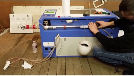 На фото - трубки системы охлаждения, они обязательны и являются частью станка.